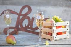 Verres et fruits en bois de champagne d'amour de signe Photographie stock