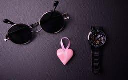 verres et horloge dans le style de steampunk avec un coeur rose au centre sur un fond noir photographie stock