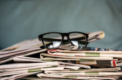 Verres et journaux, plan rapproché Images stock