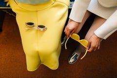 Verres et jupe jaunes photographie stock libre de droits