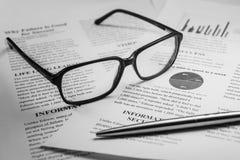 Verres et un stylo sur le texte d'affaires Photo libre de droits