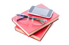 Verres futés de téléphone et d'oeil avec le livre rouge Images stock