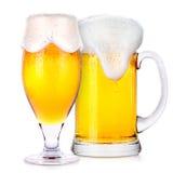 Verres givrés de bière blonde d'isolement Photographie stock libre de droits