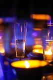 Verres illuminés par des bougies de champagne près d'un jacuzzi Photos stock