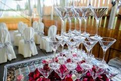Verres les épousant colorés avec le champagne Photographie stock
