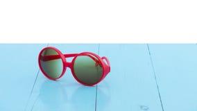 Verres, lunettes de soleil sur la table en bois image libre de droits