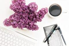 Verres mobiles de carnet de café de clavier d'ordinateur de lieu de travail lilas Photographie stock