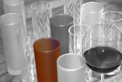 Verres noirs et blancs en verre colorés Photographie stock libre de droits
