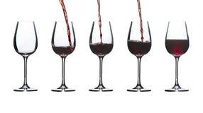 Verres pour le vin rouge comme ils remplissent bas à la haute Image stock