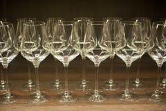 Verres pour le vin sur une table en bois photos libres de droits