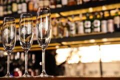 Verres propres vides de champagne sur le compteur L'espace pour le texte photos libres de droits