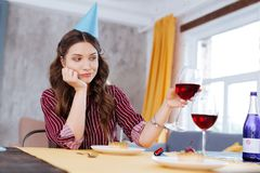 Verres résonnants de brune de vin avec l'ami Images libres de droits