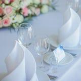 Verres sur le restaurant Rendez-vous de Tableau épousant, décor floral Image stock