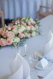 Verres sur le restaurant Rendez-vous de Tableau épousant, décor floral Image libre de droits