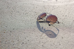Verres sur le sable Photo libre de droits