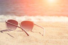 Verres sur le sable de plage Photo stock