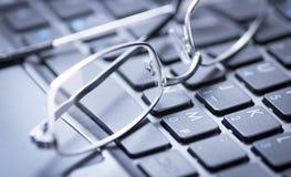 Verres sur un clavier Images libres de droits