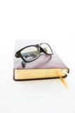 Verres sur un livre Image stock