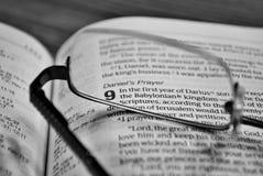 Verres sur une bible Photo libre de droits