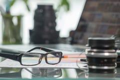 Verres sur une table, au foyer Images stock