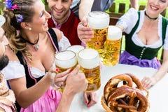 Verres tintants avec de la bière dans le bar bavarois Photo stock