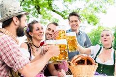 Verres tintants avec de la bière dans le bar bavarois Photos libres de droits