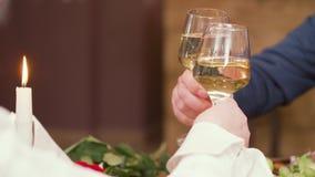 Verres tintants de couples mûrs sur un dîner romantique clips vidéos