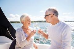 Verres tintants de couples supérieurs sur le bateau ou le yacht Photos libres de droits