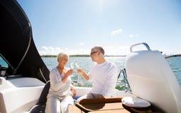 Verres tintants de couples supérieurs sur le bateau ou le yacht Photographie stock