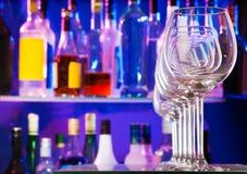 Verres transparents vides de vin dans la barre Photos stock