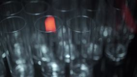 Verres vides dans le restaurant clips vidéos