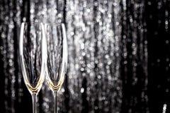 Verres vides de champagne ou de vin avec la décoration de tresse de Noël de scintillement sur le fond image stock