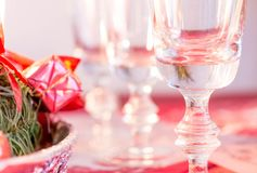 Verres vides de champagne sur la table Photo stock