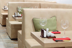 Verres vides sur des tables et des sofas en cuir beiges Photo stock
