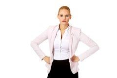 Verärgerte blonde elegante Geschäftsfrau Stockbild