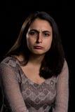 Verärgerte Frau auf schwarzem Hintergrund Lizenzfreie Stockfotos