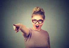 Verärgerte Frau, die das schreiendes Zeigen mit dem Finger beschuldigt Lizenzfreies Stockfoto