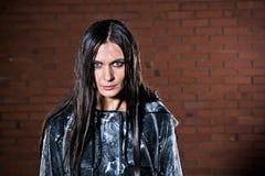Verärgerte Frau mit dem nassen Haar nach dem Regen Stockbilder