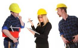 Verärgerte Geschäftsfrau und Bauarbeiter Stockbild