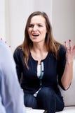 Verärgerte junge Frau während der Psychotherapie Lizenzfreie Stockbilder