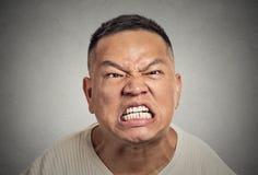 Verärgerte Mitte des Headshot alterte Mann mit dem aggressiven Schreien des offenen Munds Stockfoto