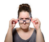 Verärgerte strenge Frau trägt Gläser, Grimassenporträt Lizenzfreie Stockbilder