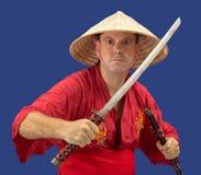 Verärgerter Mann, der Samuraiklinge hält Lizenzfreies Stockfoto