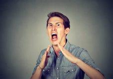 Verärgerter, wütender, wütender Mann, der Hände in einer Luft mit Karatehieb anhebt Stockfotos