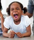 Verärgertes Schreien des kleinen Mädchens Stockbilder