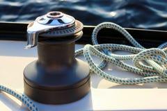 Verricello su un bordo di un yacht con il fondo dell'acqua Immagine Stock Libera da Diritti