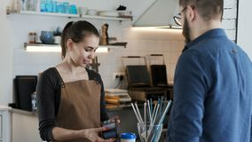 Verricht bankbetaling door creditcard in koffiehuis stock video