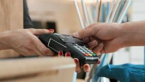 Verricht bankbetaling door creditcard in koffiehuis stock videobeelden