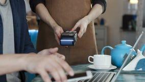 Verricht bankbetaling telefonisch in koffiehuis stock video