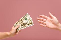 Verrichtend een betaling + een WEG stock afbeelding